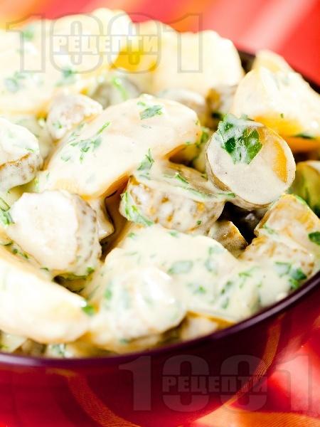 Салата от варени картофи, кисели краставички и течна готварска сметана - снимка на рецептата